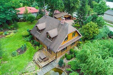 Zdjęcia dronem - fotografia domu z ogrodem na sprzedaż