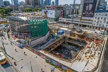 Zdjęcie z drona placu budowy w centrum Warszawy