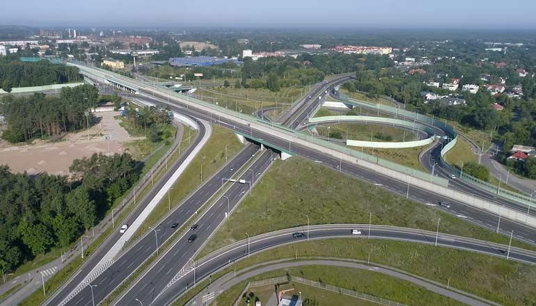 Filmy stockowe z drona na sprzedaż przedstawiające węzeł drogowy na trasie mostu Północnego w Warszawie