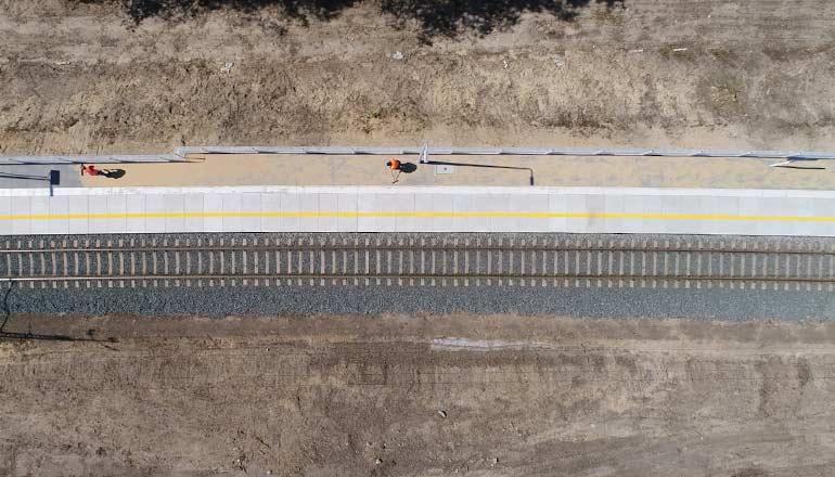 Filmy stockowe z drona na sprzedaż przedstawiające perony i torowisko w Rynarcicach