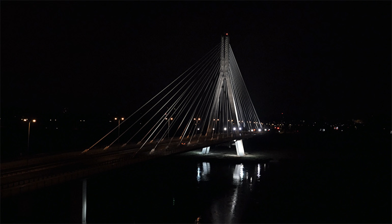 Ujęcia z drona na sprzedaż - stock video - Most Świętokrzyski w Warszawie w nocy