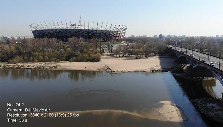 Ujęcia z drona na sprzedaż - Warszawa podczas pandemii Covid-19 - Wisła, plaża i Stadion Narodowy - Stock video