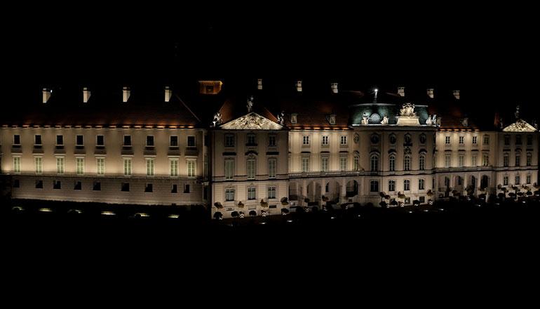 Filmy stockowe z drona na sprzedaż - Zamek Królewski w Warszawie w nocy