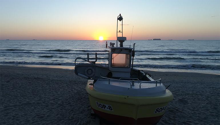 Ujęcia z lotu ptaka na sprzedaż - Natura - Kutry rybackie na plaży podczas wschodu słońca