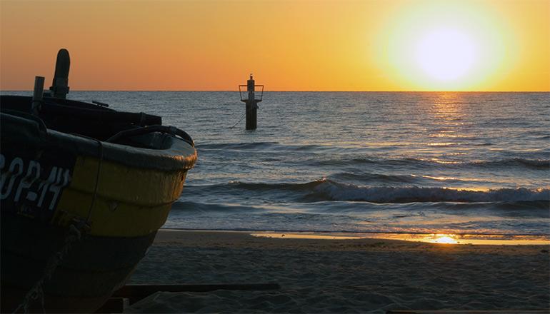 Ujęcia z ziemi (kamera stacjonarna) - Polskie morze i plaża podczas wschodu słońca