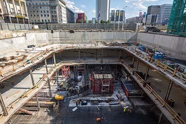 Zdjęcie placu budowy wieżowca w centrum Warszawy