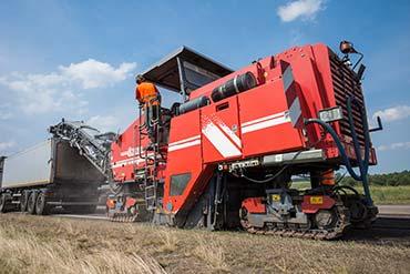 Maszyna do zrywania asfaltu na fotografii wykonanej dla głównego wykonawcy robót.