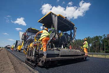 Maszyna do kładzenia asfaltu uwieczniona na zdjęciu