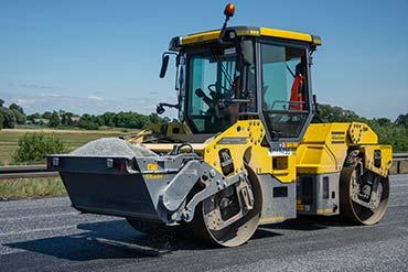 Zdjęcie wykonane podczas modernizacji autostrady. Kładzenie asfaltu.